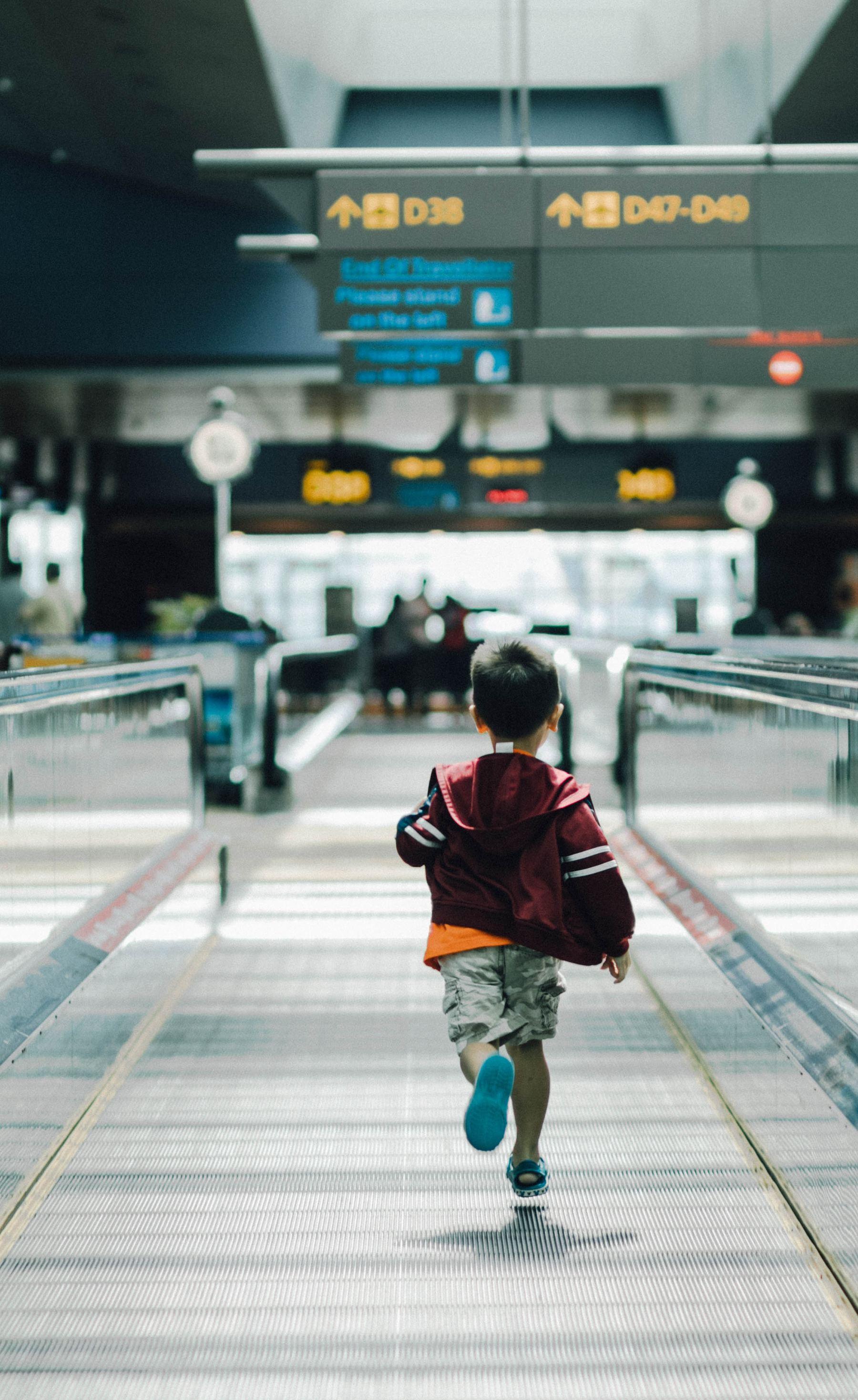 Un niño pequeño corriendo en el aeropuerto