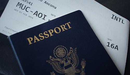 billete de avión y pasaporte
