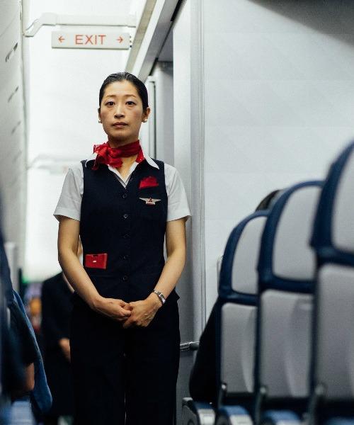 hôtesse de l'air à bord d'un avion