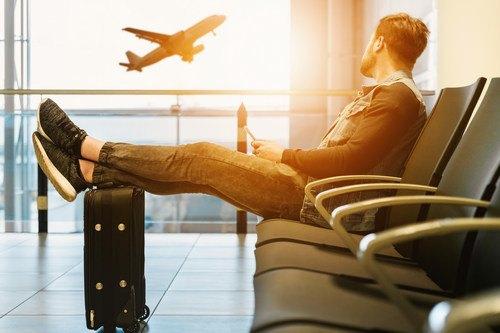 Un passeggero che aspetta il volo