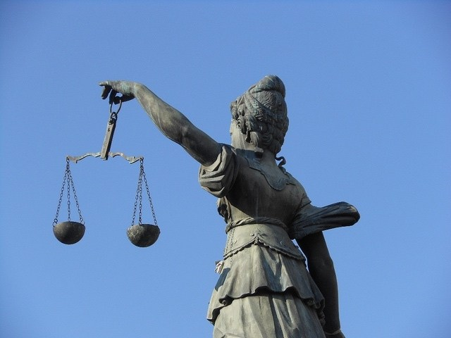 Air Passenger Rights: statue of woman holding scales of justice