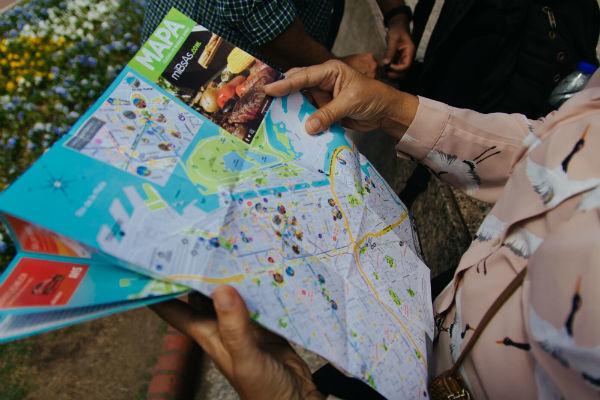 Kigger på kort for at finde vej