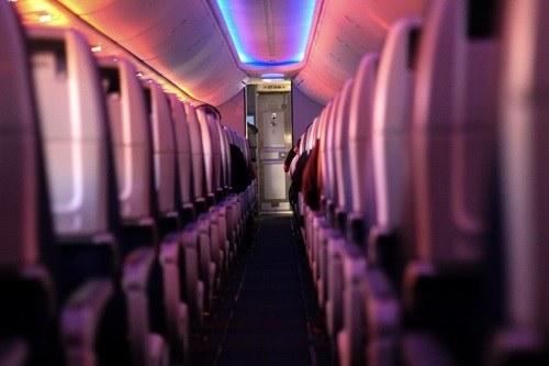Interior de un avión en un viaje de larga distancia.