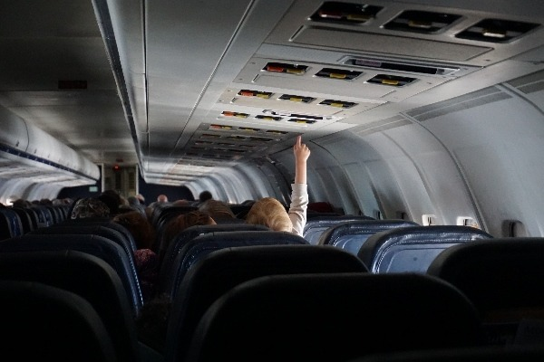 Un niño juega dentro de un avión.