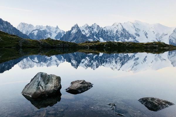 Lac de la station de ski de Chamonix dans les Alpes