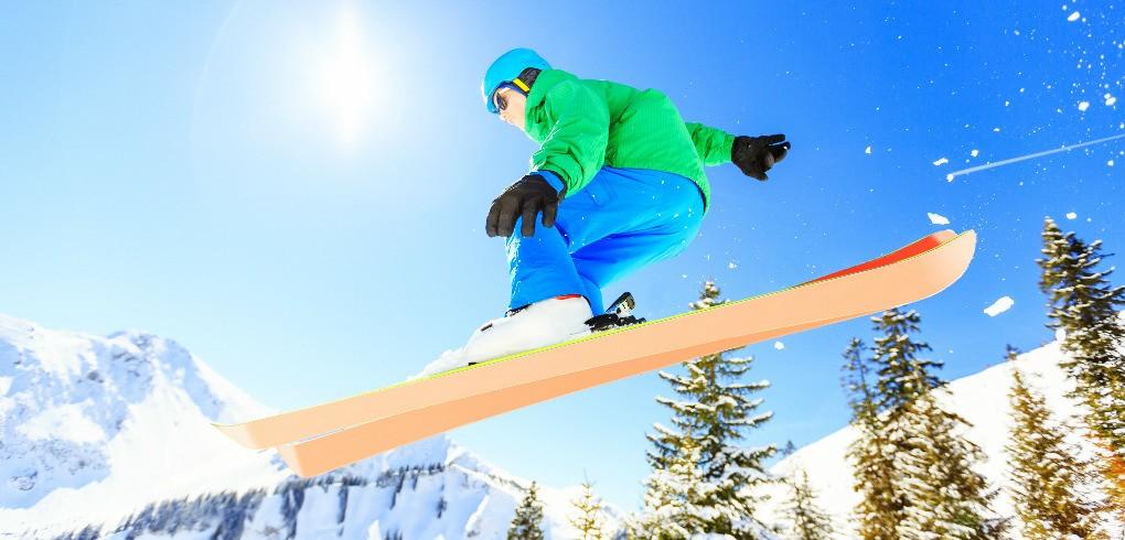 Homme faisant du saut à ski dans l'une des meilleures stations de ski des Alpes