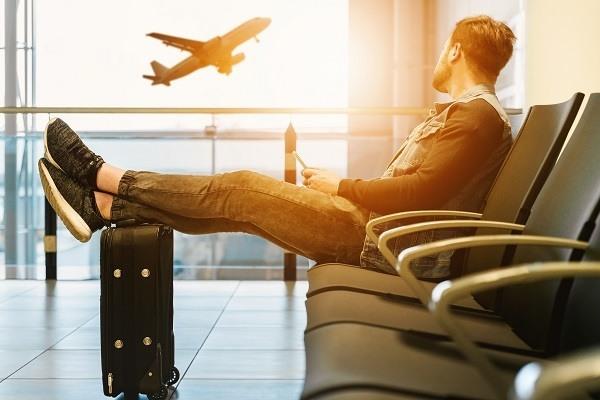 Pessoa a descansar num aeroporto moderno.