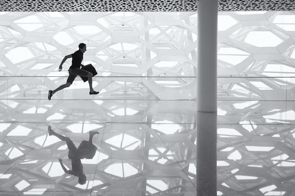 Pessoa a correr no aeroporto moderno de Shenzhen