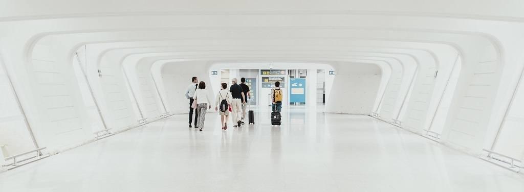 Pessoas a caminhar num aeroporto moderno