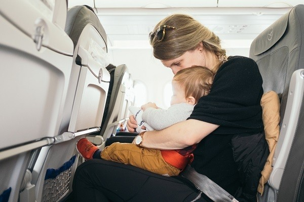 Bebé a bordo de avião
