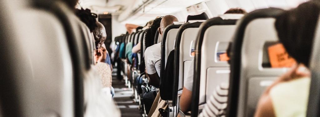 Hostess nel corridoio dell'aereo
