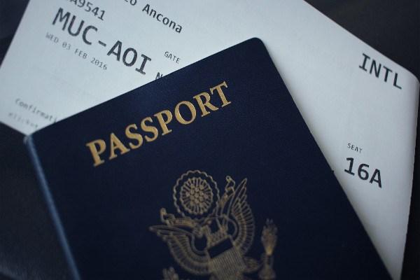 Biglietto aereo con passaporto