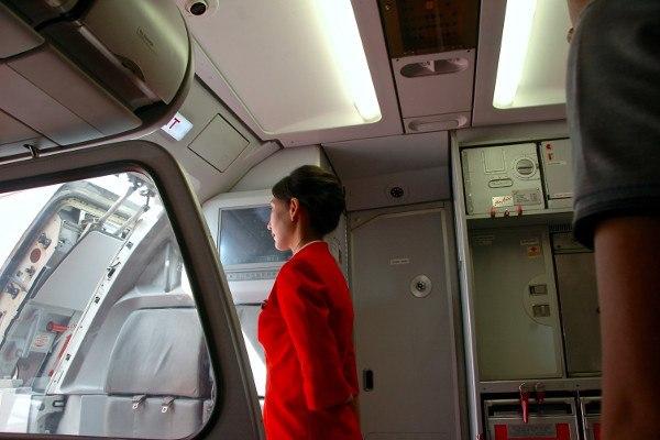 Hostess che aspetta i passeggeri