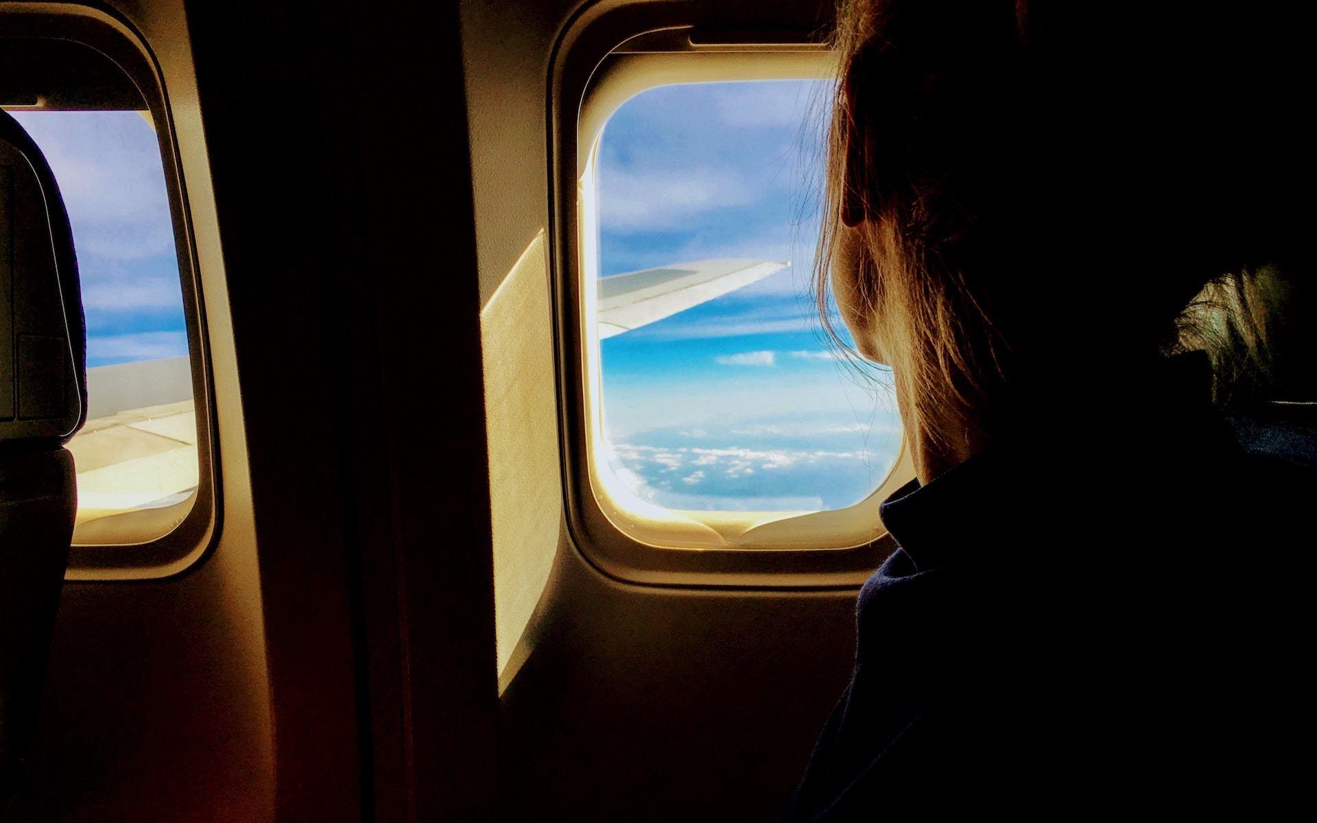 Interior de un avión de un vuelo de larga distancia.