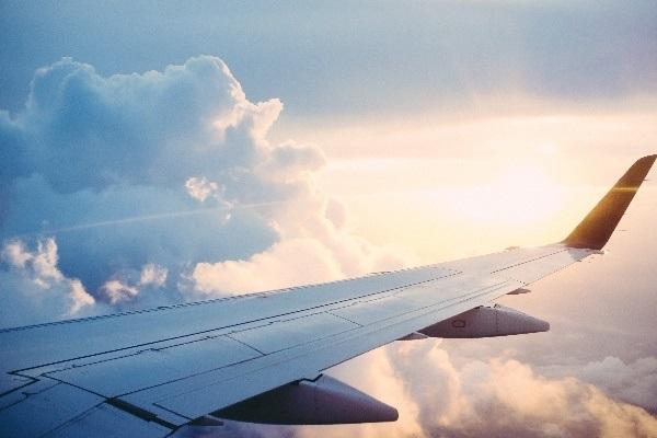 Un avión en pleno vuelo de larga distancia.