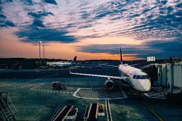 Un avión a la espera de los pasajeros.
