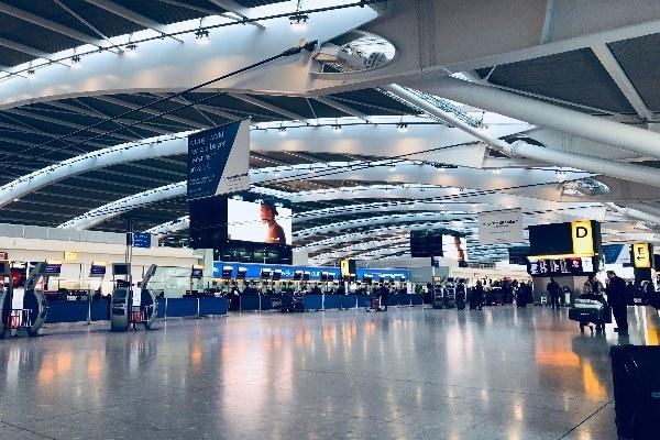 Interior de un aeropuerto.