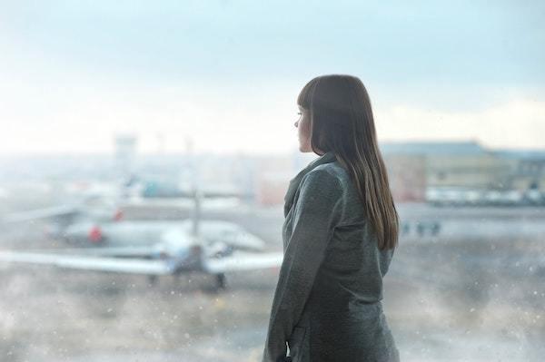 Mujer esperando un avión