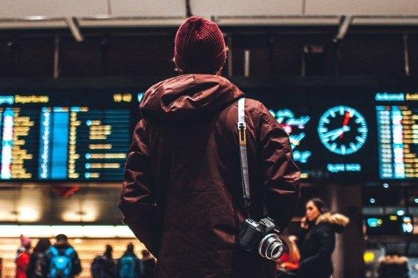 Un viaggiatore che guarda il tabellone orario