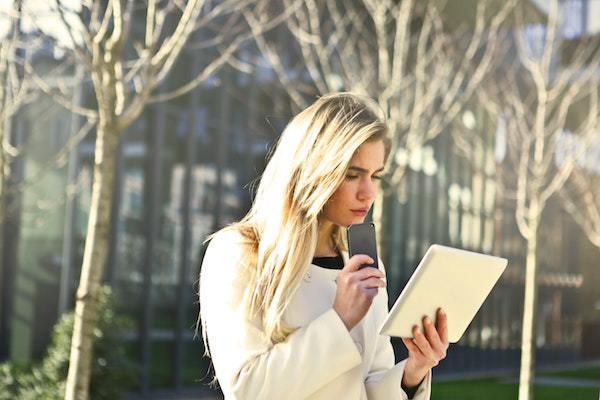 Mujer mirando su dispositivo móvil