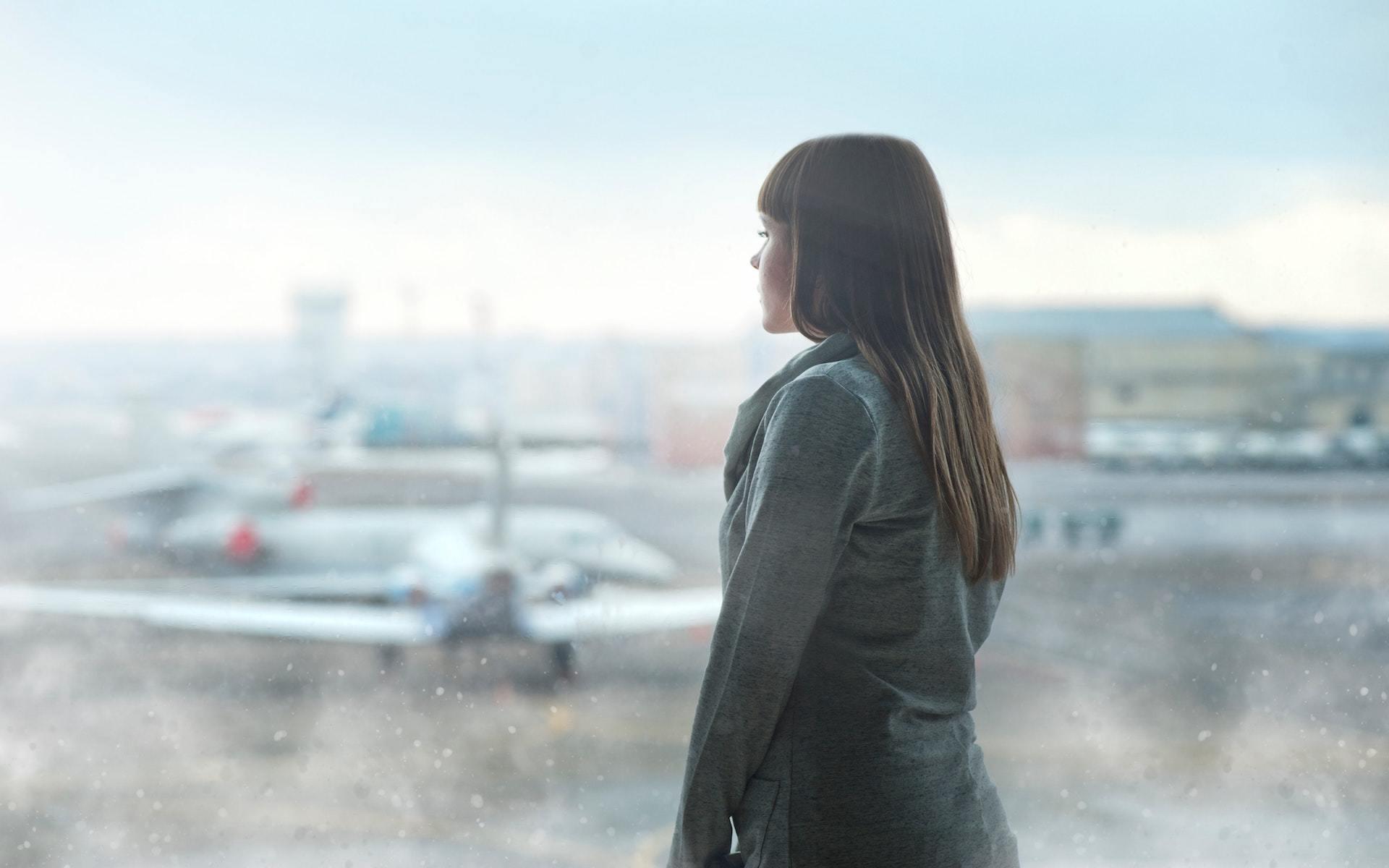 Frau schaut aus dem Fenster auf Boeing 737 max.