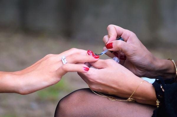 twee paar handen met transparante nagellak