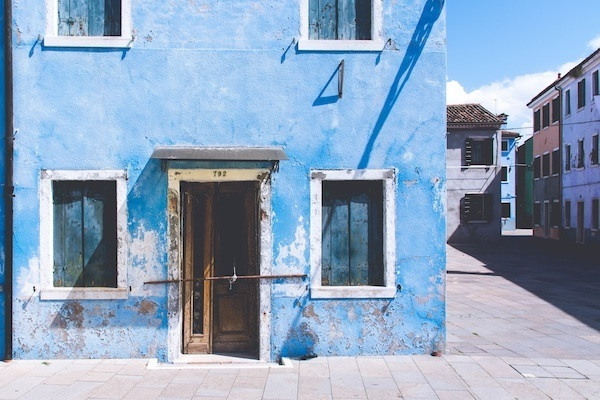 Edificio azul con puerta de entrada