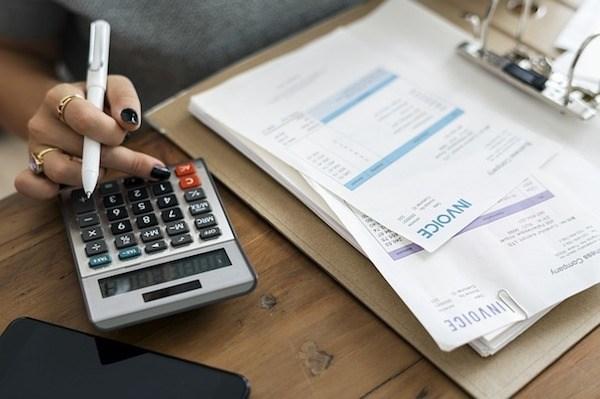 Recibos y una calculadora